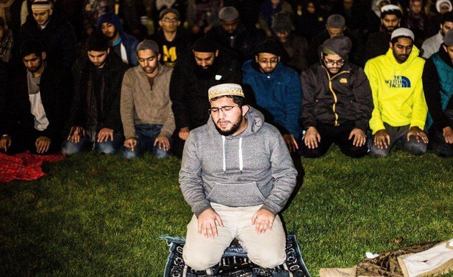 US Students Form Protective Wall Around Praying Muslim Classmates